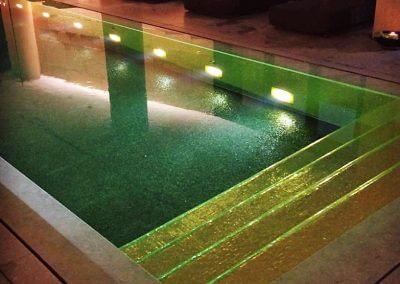 Zwembad met gouden trap